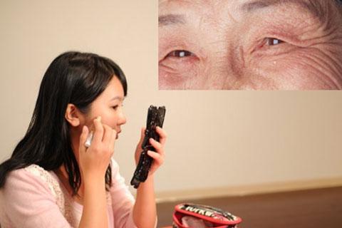 目元ケアをしている女性