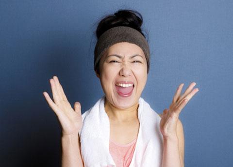 歯をむき出して笑っている女性