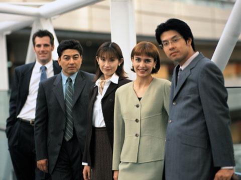 外資系の職場で表情が硬い女性