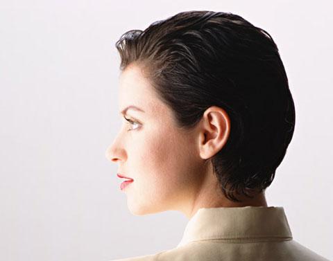 シュートヘアーの女性